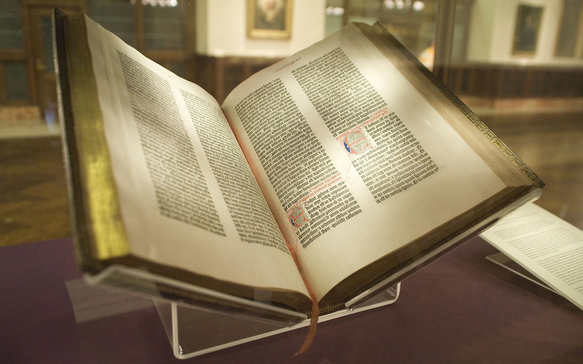 Gutenbergin raamattu avattuna New York Public Libraryssä - mitkä ovat maailman parhaita kirjoja?